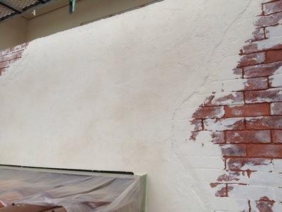 外壁にレンガを施工中(^^)