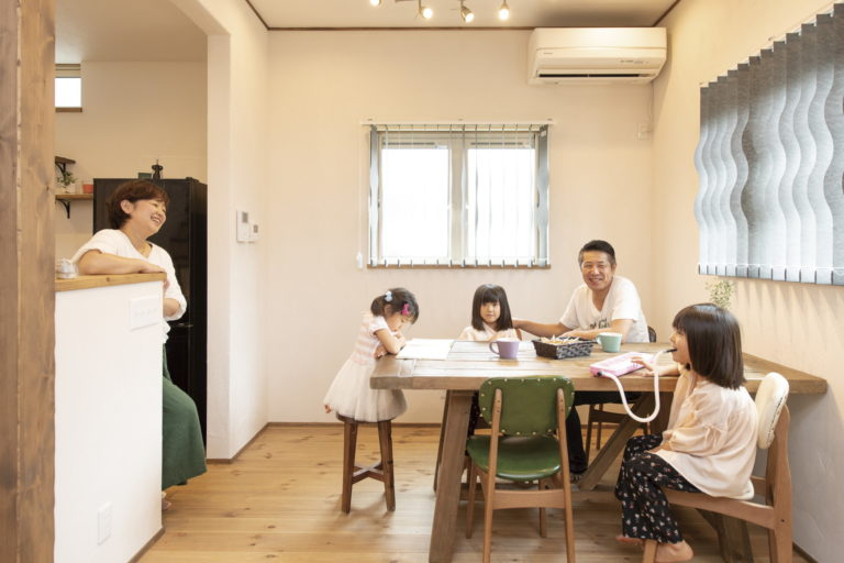 薪ストーブが主役の温かみのあるカフェ風のお家