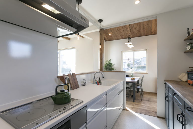 モルタル風のキッチンがかっこいい!こだわりが詰まったお家