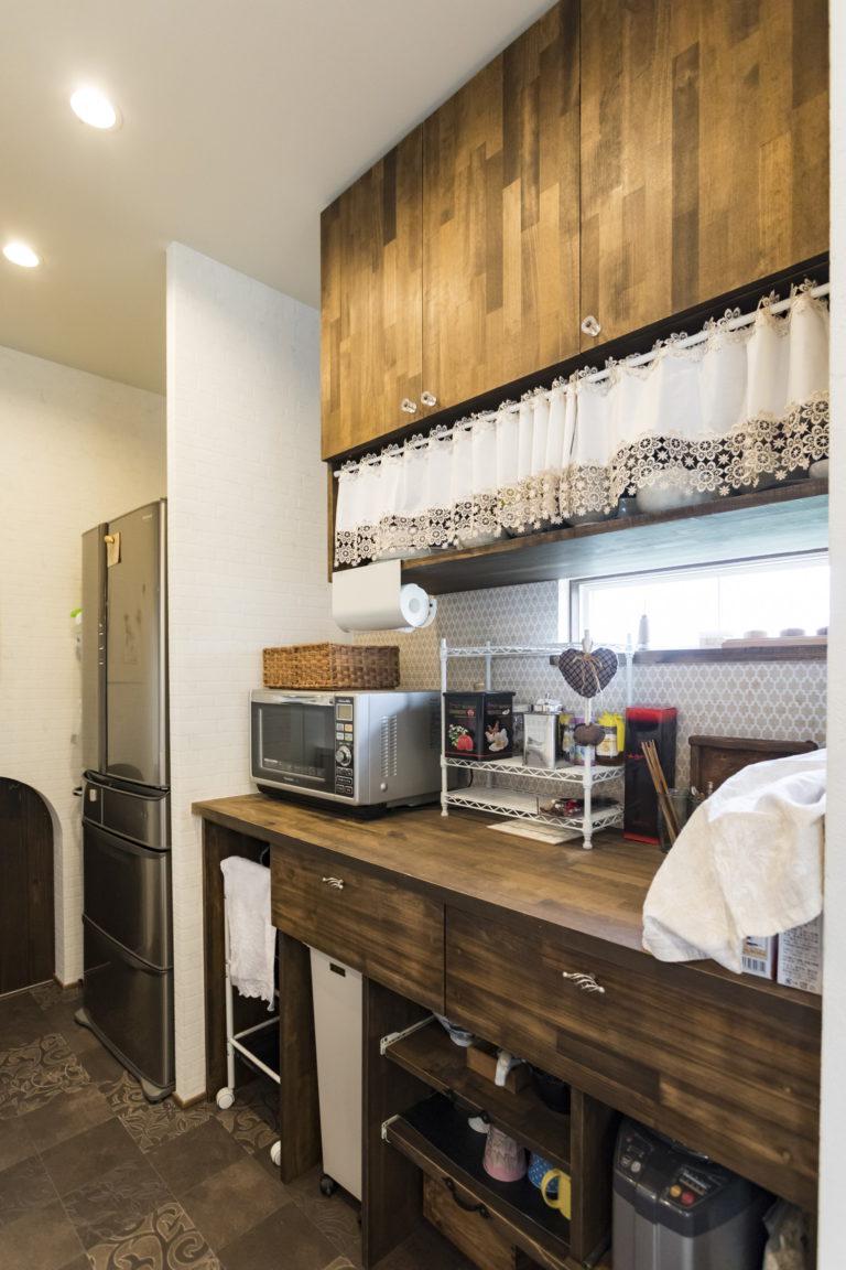 ダークブラウンが基調のアンティークカフェのようなお家