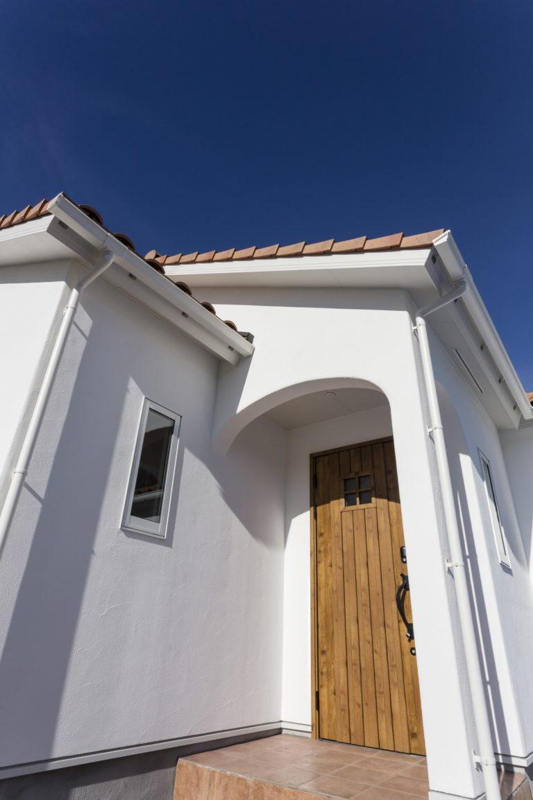 ニッチのタイルや板張りが魅力的!暖色系瓦屋根の平屋のお家