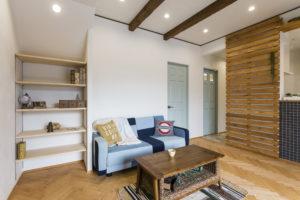 マリン系雑貨が似合う!ヘリンボーンの床やブルーのタイルで爽やかなお家
