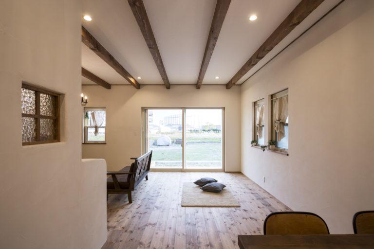 手作り家具と自然素材の風合いにアンティークを感じる安らぎの日々