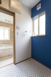 ナチュラルで優しいインテリアとブルーの塗り壁がカッコいい「カフェ」がテーマのお家